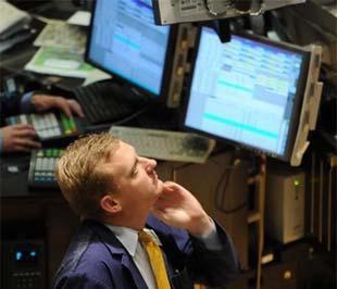 """Sự đổ vỡ dây chuyền trong ngành tài chính Mỹ ở thời kỳ đỉnh điểm giữa tháng 9/2008 đã lan qua Đại Tây Dương, tới châu Âu, và gây ra những cơn """"dư chấn"""" ở châu Á - Ảnh: AFP."""