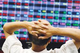 Việc các công ty chứng khoán cho phép một số khách hàng bán chứng khoán trước ngày T+4 đã khiến nhiều nhà đầu tư bất bình.
