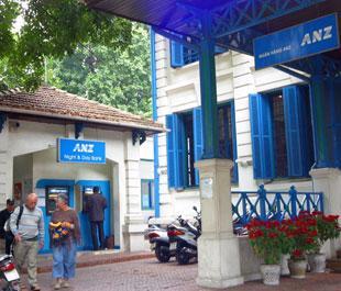 Một điểm giao dịch của ANZ tại Hà Nội - Ảnh: Việt Tuấn.