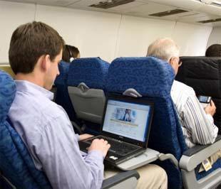"""Hành khách """"lướt web"""" bằng dịch vụ Gogo trên một chuyến bay của American Airlines."""