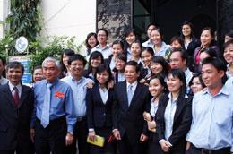 Chủ tịch nước Nguyễn Minh Triết chụp ảnh lưu niệm với cán bộ công nhân viên Ngân hàng Eximbank.