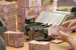 Theo ông Kowalczyk, giá trị đồng Việt Nam đang bị ảnh hưởng từ tình trạng thâm hụt thương mại và lạm phát kéo dài, dẫn đến sức ép lên cán cân thanh toán của Việt Nam.