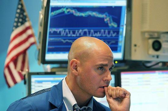 Sự âu lo hiện rõ trên nét mặt một nhà đầu tư, trước tình cảnh giá các loại cổ phiếu hàng hóa suy giảm mạnh - Ảnh: Getty.