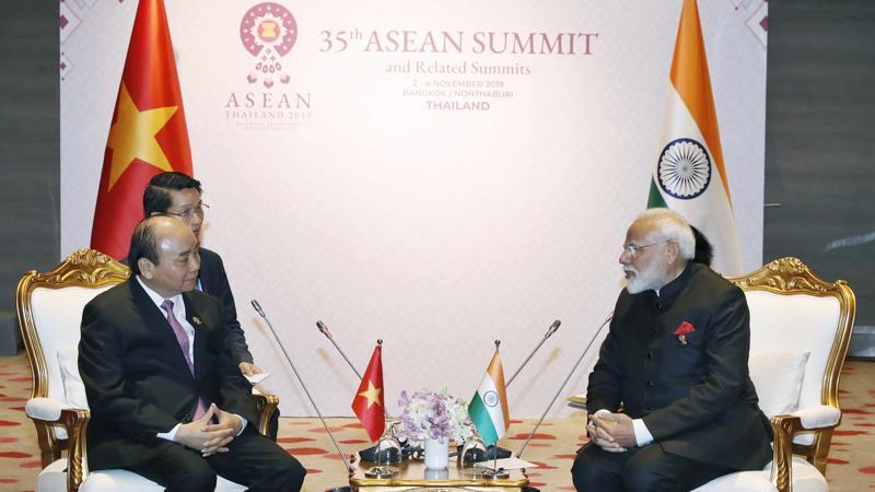 Thủ tướng Nguyễn Xuân Phúc và Thủ tướng Ấn Độ Narendra Modi tại buổi hội kiến chiều 4/11 - Ảnh: VGP.