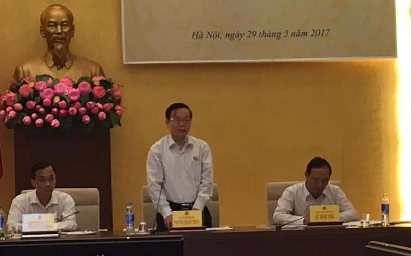 Phó chủ tịch Quốc hội Phùng Quốc Hiển phát biểu tại phiên họp.