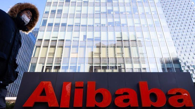 Giá cổ phiếu Alibaba và Tencent lần lượt giảm 3,9% và 2,7% tại phiên giao dịch trước giờ tại Hồng Kông ngày 7/1 - Ảnh: Getty Images