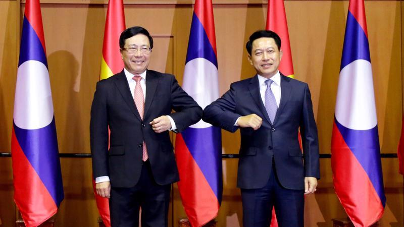 Phó Thủ tướng, Bộ trưởng Ngoại giao Phạm Bình Minh và Bộ trưởng Ngoại giao Lào Saleumsay Kommasith - Ảnh: VGP