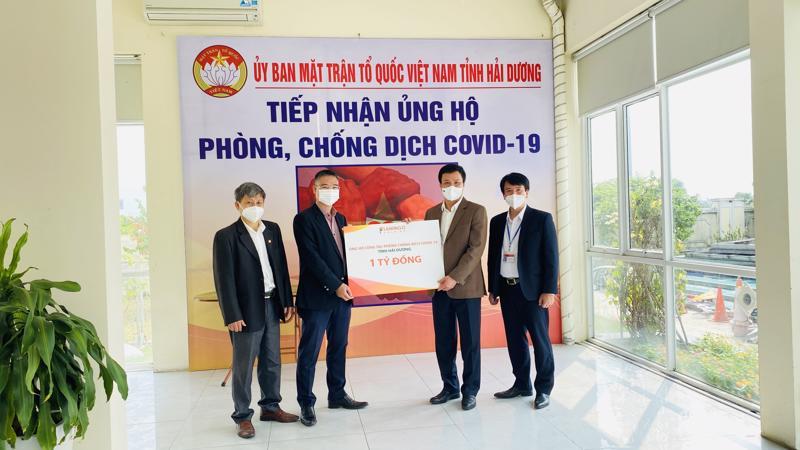 Đại diện Flamingo Holding Group trao tặng số tiền 1 tỷ đồng ủng hộ Hải Dương chống dịch.