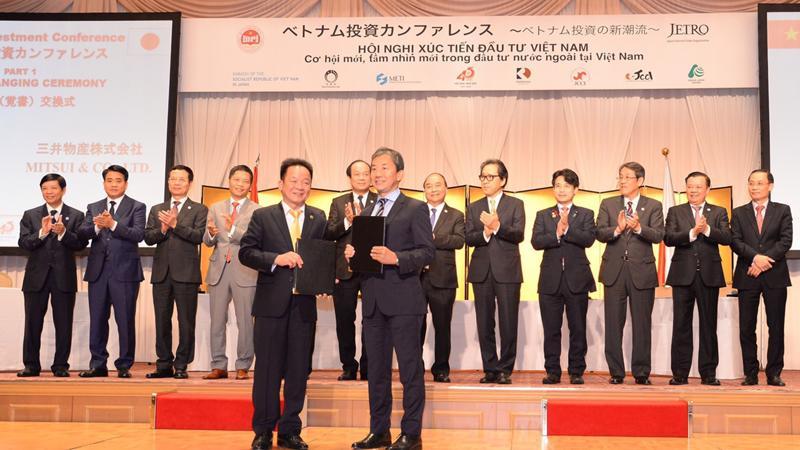Chủ tịch Tập đoàn T&T Group Đỗ Quang Hiển và Lãnh đạo Tập đoàn Mitsui trao Thỏa thuận hợp tác toàn diện.
