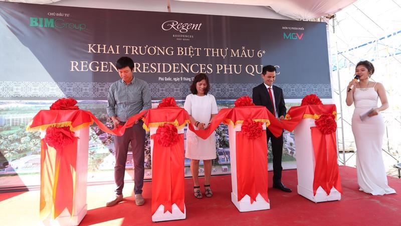 Đại diện chủ đầu tư, khách hàng cùng đơn vị phân phối độc quyền MGV cắt băng khánh thành biệt thự mẫu Regent Residences Phu Quoc.