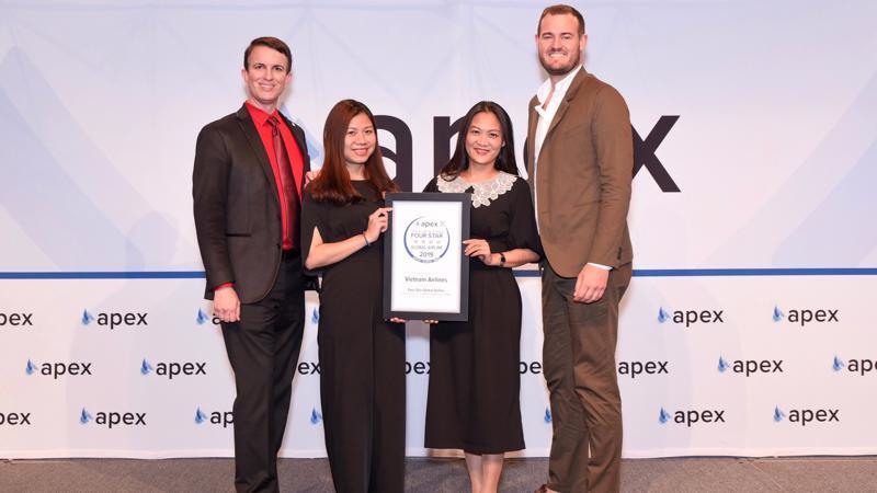 Giám đốc điều hành APEX (The Airline Passenger Experience Association) - Joe Leader - trao tặng giải thường Hãng hàng không 4 sao toàn cầu cho đại diện Vietnam Airlines.