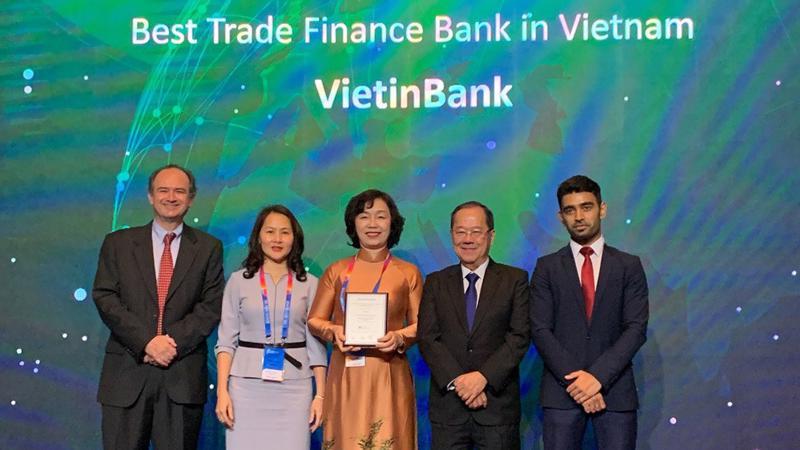 Bà Trần Thị Minh Đức nhận giải thưởng danh giá của The Asian Banker.