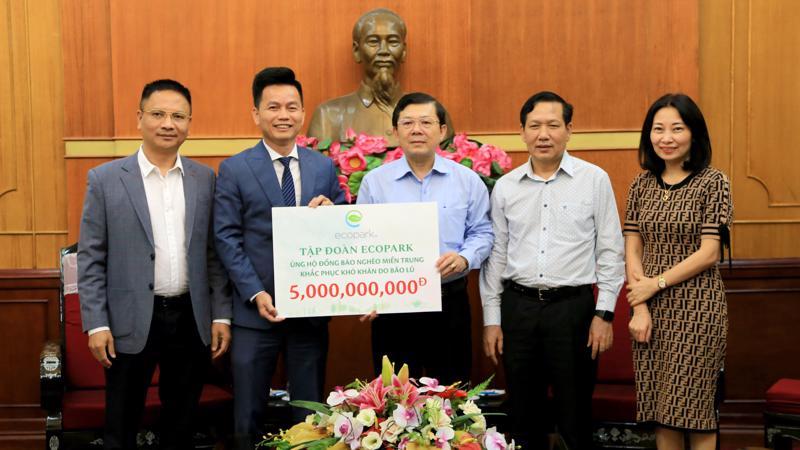 Ông Trần Quốc Việt - Tổng giám đốc Tập đoàn Ecopark (bên trái) trao số tiền hỗ trợ cho đồng bào miền Trung thông qua Ủy ban Trung ương Mặt trận Tổ quốc Việt Nam.
