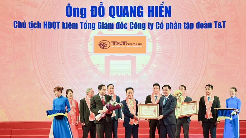 Ông Đỗ Quang Hiển - Chủ tịch Hội đồng Quản trị kiêm Tổng giám đốc Tập đoàn T&T Group vinh dự được Đảng và Nhà nước trao tặng Huân chương Lao động hạng Nhất vì những đóng góp tích cực vào sự nghiệp xây dựng Chủ nghĩa Xã hội và bảo vệ Tổ Quốc.