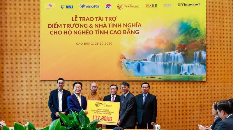 Ông Đỗ Quang Hiển, Chủ tịch Hội đồng Quản trị kiêm Tổng giám đốc Tập đoàn T&T Group trao tặng 1 tỷ đồng tài trợ xây dựng điểm trường và nhà tình nghĩa cho người nghèo tỉnh Cao Bằng.