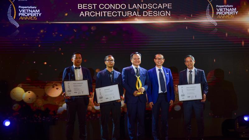 Chủ tịch kiêm Tổng giám đốc Tập đoàn MIKGroup Nguyễn Vĩnh Trân cùng đại diện tập đoàn nhận giải hôm 22/6.