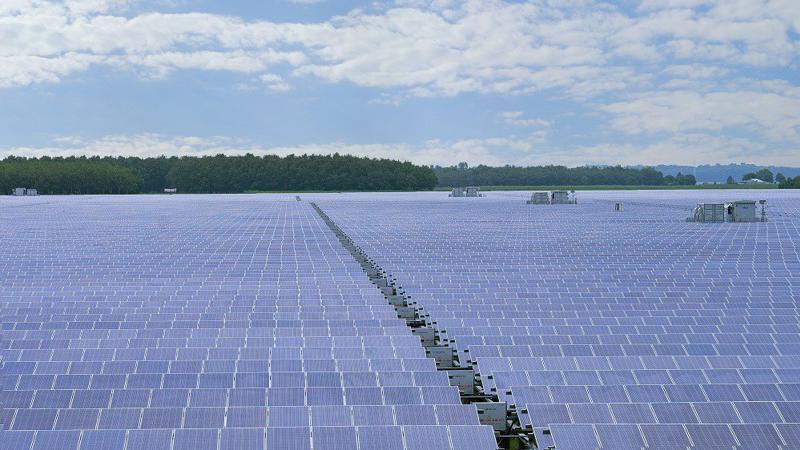 """""""Rừng pin"""" tại cụm nhà máy điện mặt trời Dầu Tiếng sẽ cung cấp nguồn điện với công suấ t 690 triệu kWh mỗi năm, tương đương với mức tiêu thụ điện của gần 320.000 hộ gia đình Việt Nam."""