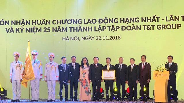 Chủ tịch HĐQT kiêm Tổng giám đốc Đỗ Quang Hiển cùng ban lãnh đạo T&T đón nhận Huân chương Lao động hạng Nhất lần thứ hai, chiều 22/11.