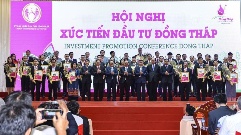 Thủ tướng Chính phủ Nguyễn Xuân Phúc cùng lãnh đạo bộ, ngành và tỉnh Đồng Tháp chức mừng các nhà đầu tư - Ảnh: Nguyễn Trung.