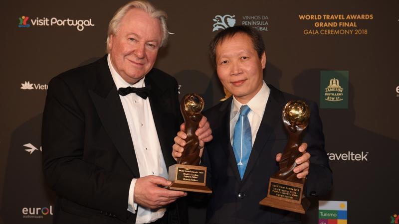 Chủ tịch WTA - ông Graham Cooke chụp ảnh cùng ông Nguyễn Quốc Hưng tại lễ trao giải.