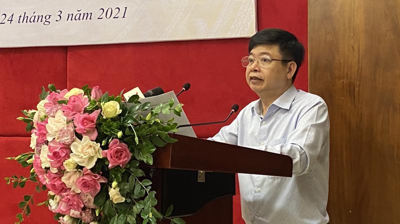 Ông Trần Quốc Túy, Phó ban Quản lý thu sổ, thẻ (Bảo hiểm xã hội Việt Nam) thông tin về thẻ bảo hiểm y tế mẫu mới. Ảnh - BHXH Việt Nam.