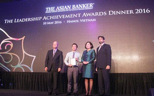 <div>Đại diện lãnh đại Techcombank lên nhận giải thưởng.</div>