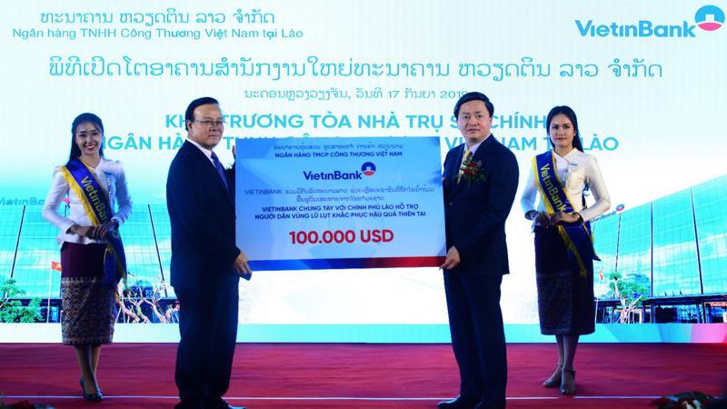 Chủ tịch Hội đồng Quản trị VietinBank, ông Lê Đức Thọ trao tặng Chính phủ Lào số tiền 100.000 USD hỗ trợ người dân một số tỉnh miền Trung và Nam Lào khắc phục hậu quả ngập lụt.