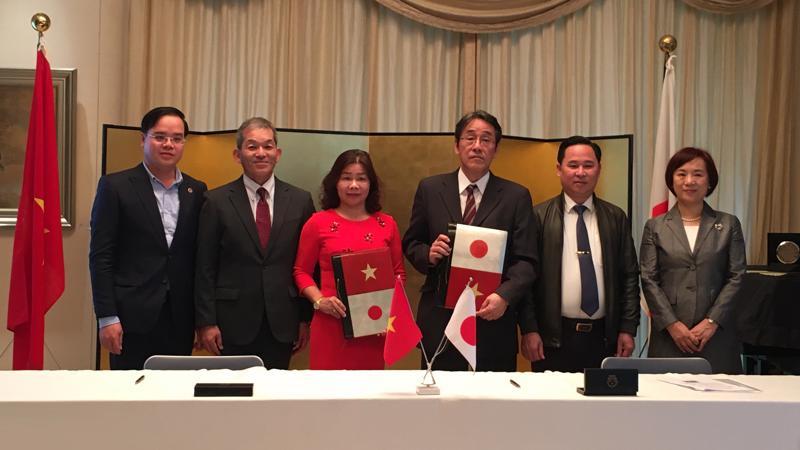 Đại sứ đặc mệnh toàn quyền Nhật Bản cùng đại diện Công ty Ajinomoto Việt Nam và đơn vị nhận viện trợ tại Lễ ký kết.