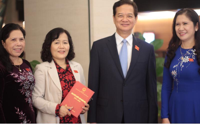 Nguyên Thủ tướng Nguyễn Tấn Dũng cùng các vị đại biểu bên hành lang Quốc hội- Ảnh: Mỹ An.
