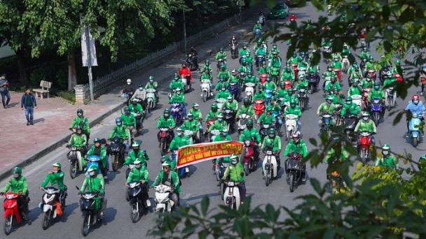 Tài xế diễu hành khắp đường phố Hà Nội để phản đối việc Grab tăng chiết khẩu - ảnh: Zing.
