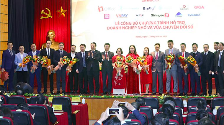 Phó thủ tướng Vũ Đức Đam và Bộ trưởng Nguyễn Mạnh Hùng tặng hoa cho các nền tảng số xuất sắc Make in Viet Nam hỗ trợ doanh nghiệp vừa và nhỏ chuyển đổi số.