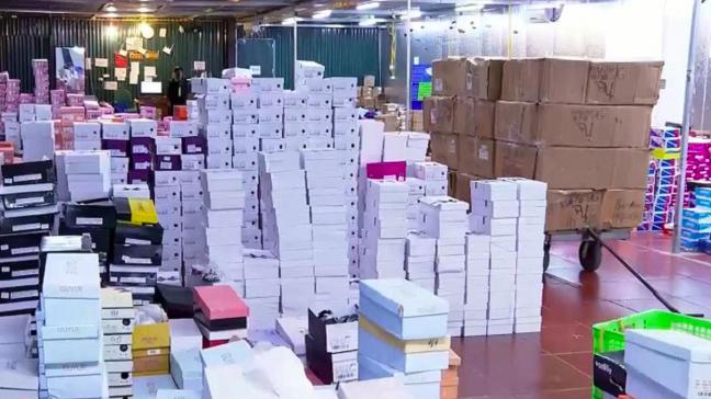 Kho hàng rộng hơn 10.000m2 hoạt động trên địa bàn TP. Lào Cai chứa hàng loạt sản phẩm hàng tiêu dùng (trong đó có trong đó, có một số doanh nghiệp bưu chính tham gia công đoạn vận chuyển) - ảnh: VTV.