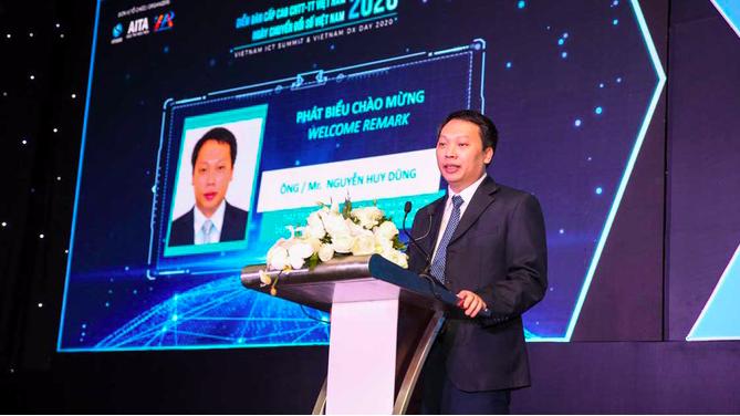 Thứ trưởng Nguyễn Huy Dũng trong một sự kiện về công nghệ thông tin - truyền thông.