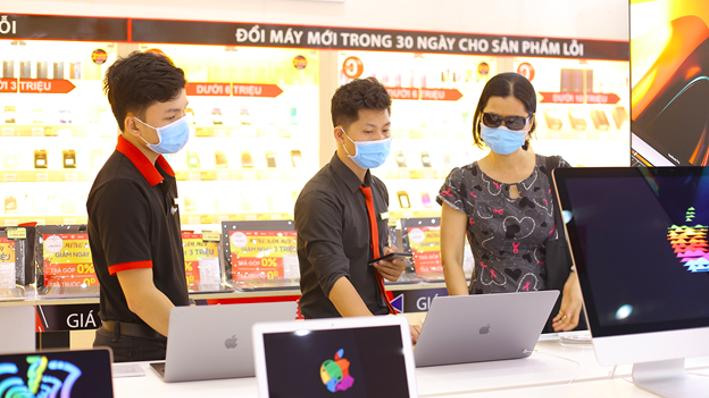 Nhân viên FPT Shop tư vấn khách hàng mua sản phẩm laptop.
