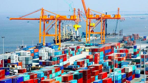 Tính chung từ đầu năm đến 15/2, quy mô kim ngạch xuất nhập khẩu cả nước đạt hơn 74 tỷ USD, trong đó Việt Nam xuất siêu 2,76 tỷ USD.