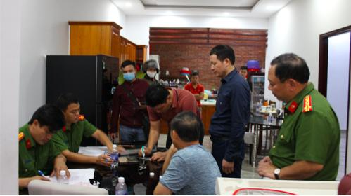 Lực lượng chức năng thực hiện khám xét tại nhà của đối tượng Lê Thanh Tú - Ảnh: Bộ Công an.