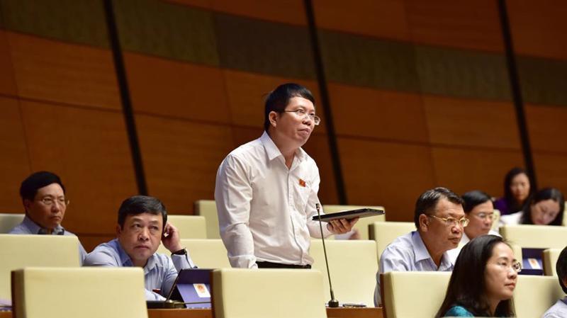 Đại biểu Nguyễn Văn Hiển, Viện trưởng Viện nghiên cứu lập pháp của Uỷ ban Thường vụ Quốc hội phát biểu tại hội trường - Ảnh: QP