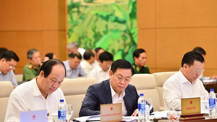 Phó thủ tướng Vương Đình Huệ (giữa) tại phiên thảo luận của Uỷ ban Thường vụ Quốc hội.