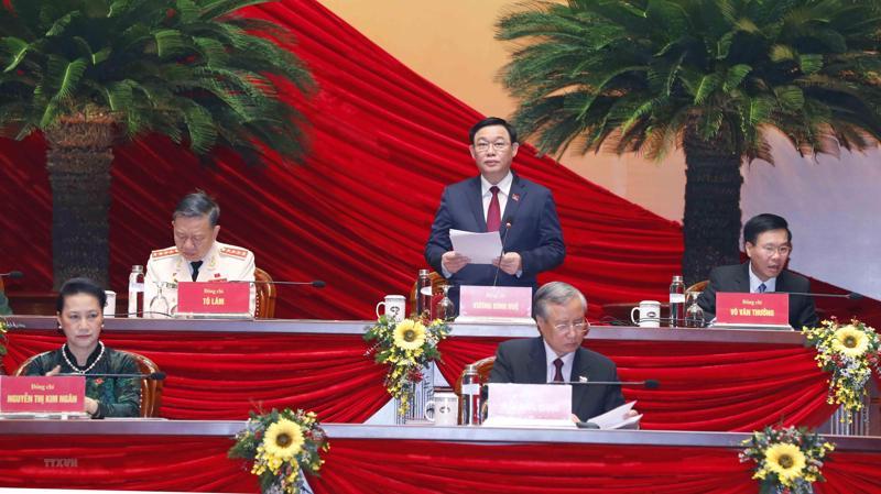 Thay mặt Đoàn Chủ tịch, đồng chí Vương Đình Huệ, Ủy viên Bộ Chính trị, Bí thư Thành ủy Hà Nội, điều hành phiên thảo luận về các dự thảo văn kiện tại Đại hội XIII của Đảng.