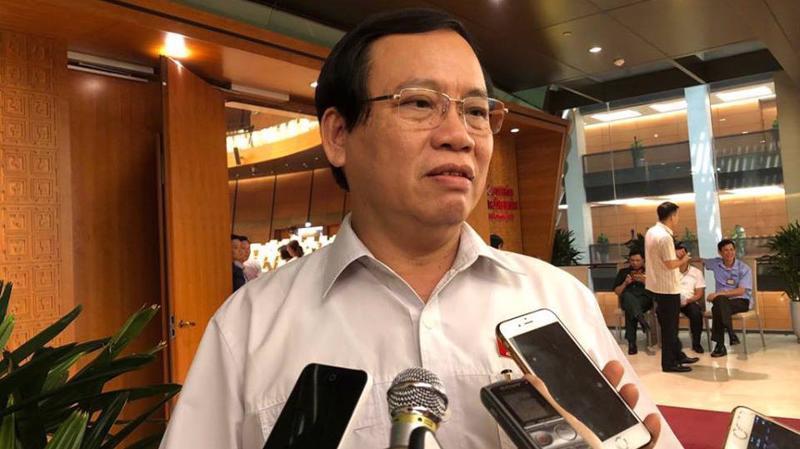 Đại biểu Vũ Trọng Kim trao đổi với báo chí bên hành lang Quốc hội.