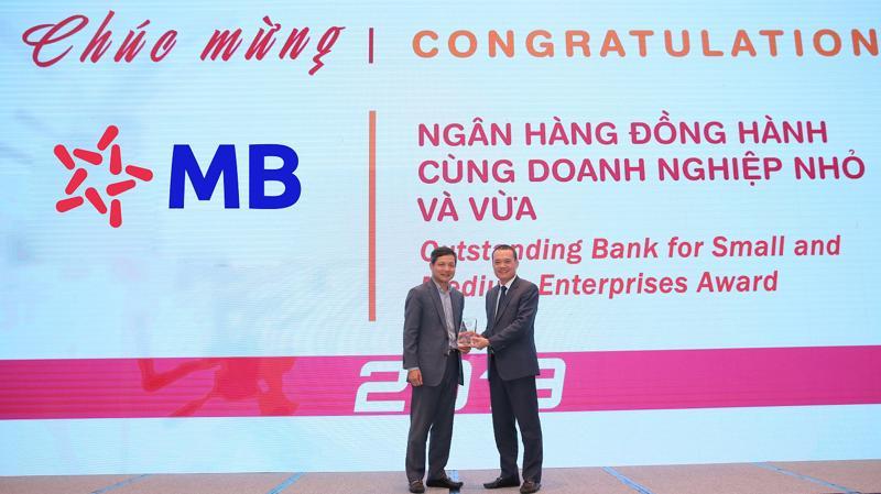 Đại diện lãnh đạo MB nhận giải ngân hàng đồng hành cùng doanh nghiệp nhỏ và vừa.