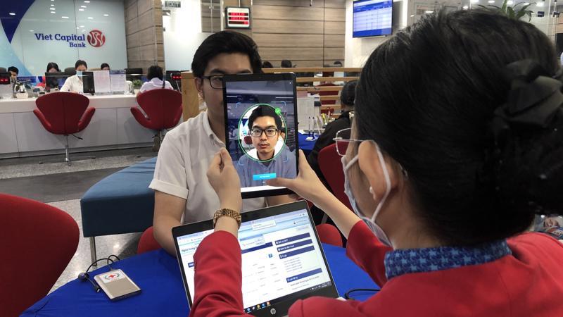 Việc định danh điện tử được nhân viên ngân hàng Bản Việt thực hiện luôn tại quầy.