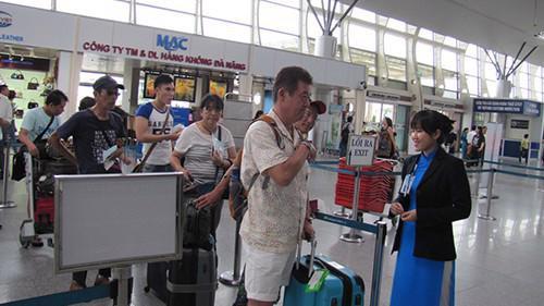Lương nhân viên tại các Cảng hàng không quốc tế Nội Bài, Tân Sơn Nhất, Đà Nẵng luôn được nhiều người quan tâm.