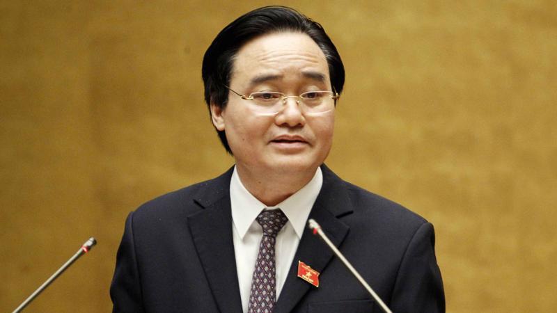 Bộ trưởng Bộ Giáo dục và đào tạo Phùng Xuân Nhạ trình dự án luật.
