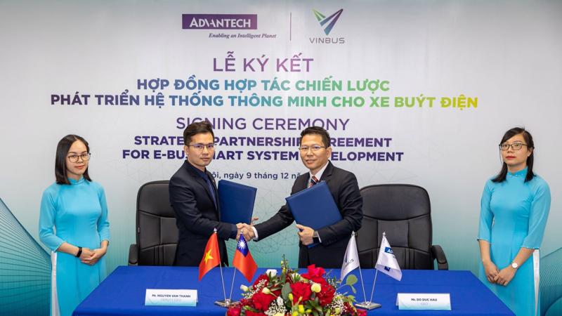 Ông Nguyễn Văn Thanh – Phó Tổng giám đốc VinBus (bên trái) và ông Đỗ Đức Hậu – Tổng giám đốc Advantech VN (bên phải) ký Hợp đồng hợp tác chiến lược phát triển hệ thống quản lý điều hành xe buýt thông minh.