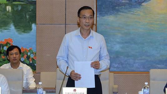 Chủ nhiệm Uỷ ban Kinh tế Vũ Hồng Thanh trình bày báo cáo thẩm tra.