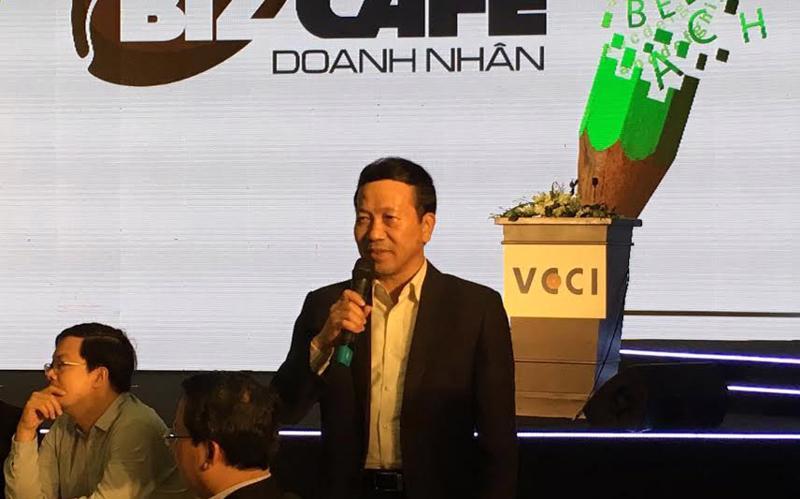 Phó chủ tịch UBND tỉnh Quảng Ninh Nguyễn Văn Thành trao đổi kinh nghiệm tại cà phê doanh nhân sau lễ công bố PCI 2016.