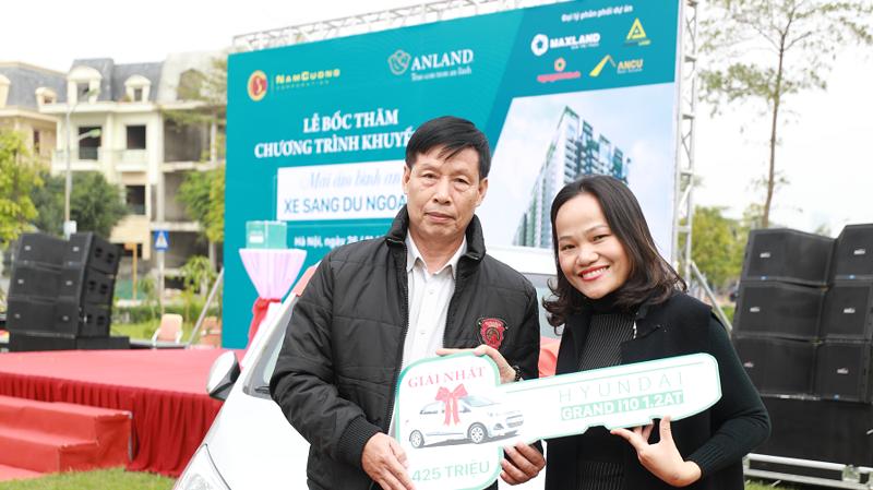 Ông Nguyễn Đình Hùng là khách hàng may mắn nhận giải Nhất trị giá 425 triệu đồng.