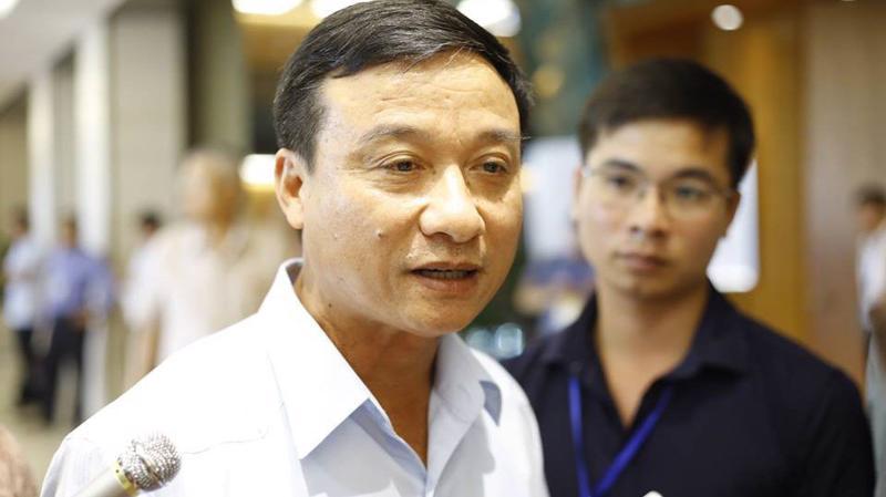 Đại biểu Bùi Văn Xuyền trả lời báo chí bên hành lang Quốc hội.
