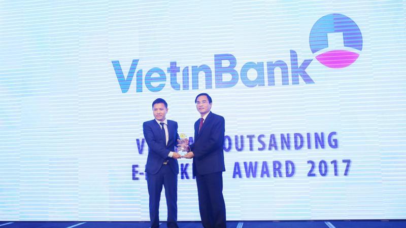 """Đại diện VietinBank nhận giải thưởng """"Ngân hàng Điện tử tiêu biểu nhất năm 2017""""."""